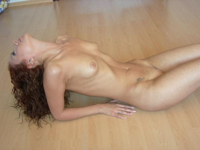 Рыжеволосая красотка блещет голенькой плотью - секс порно фото