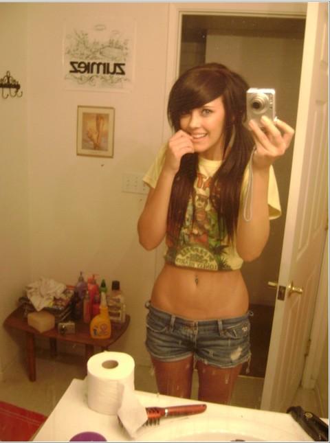 Молодые девки снимают свои сиськи - секс порно фото