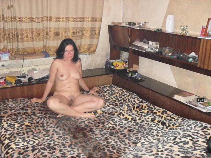 Малярша Аня любит засовывать вибратор в анус и сверкать промежностью - секс порно фото