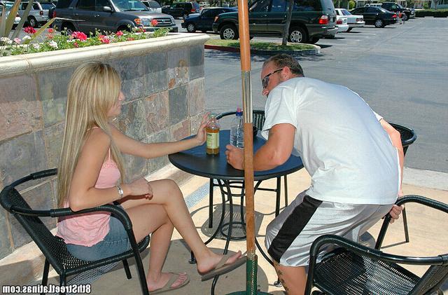 Поели в кафе и трахнулись на кровати - секс порно фото