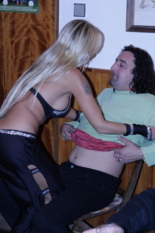 Стриптизерша сняла наряд и потерлась о клиента голым телом - секс порно фото
