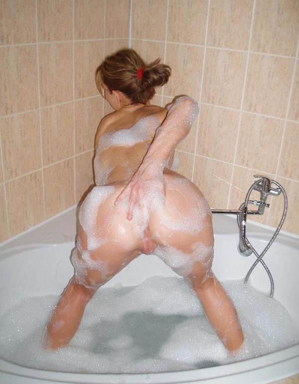 Во время отдыха оголяла бюст и позировала в ванной - секс порно фото