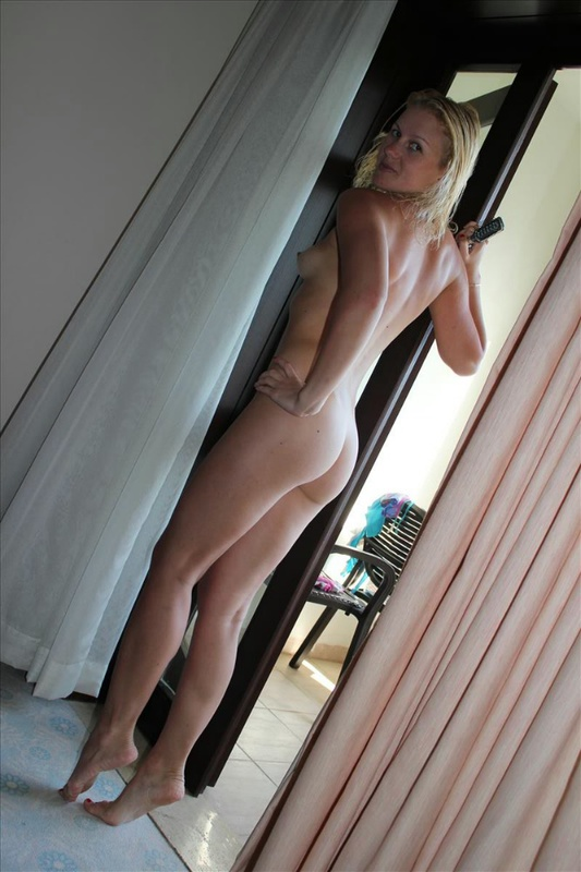 Нагая мамаша ожидает партнера в гостиничном номере - секс порно фото