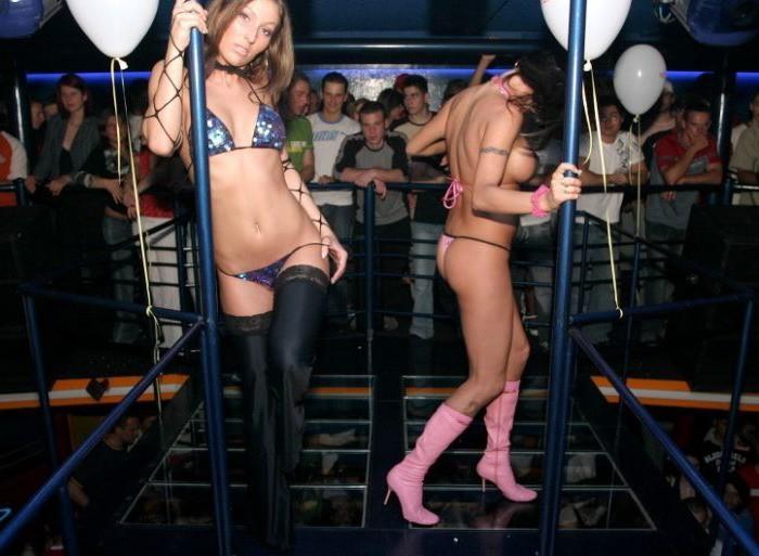 Студентки оголили бюсты на пенной вечеринке - секс порно фото