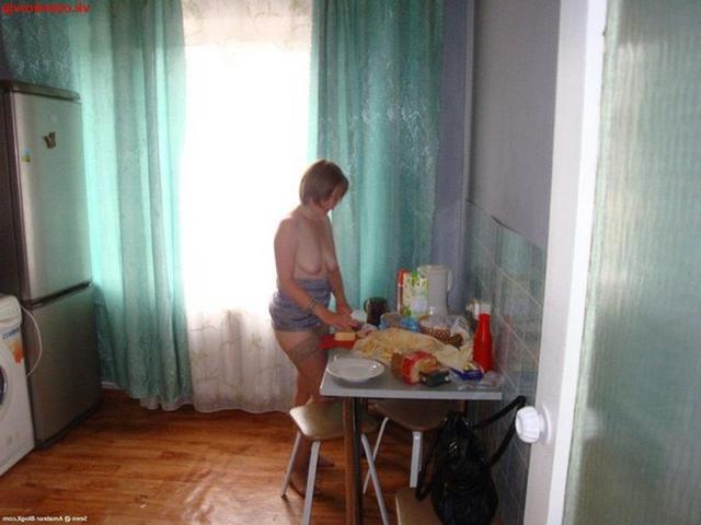 Горячая домохозяйка позирует в чулках с голой киской - секс порно фото