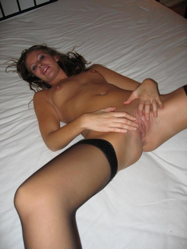 Стройняшка любуется аккуратной пилоткой на кровати - секс порно фото