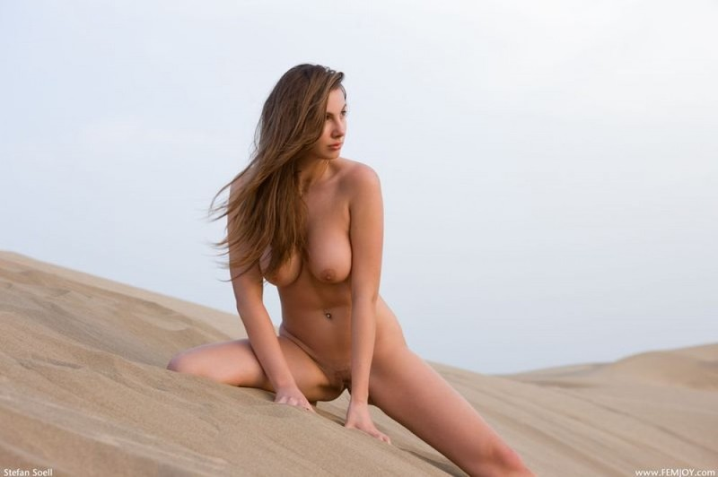 Нагая красавица позирует на песчаных дюнах - секс порно фото