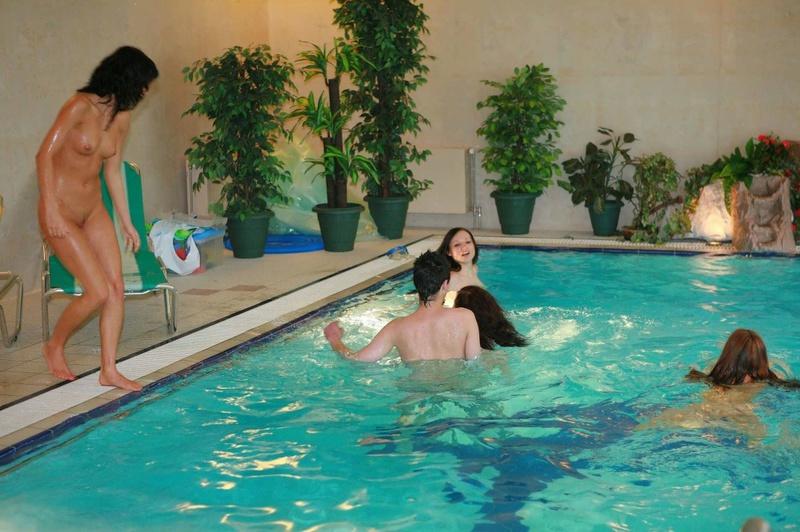 Начальник купается в бассейне с оголенными работницами - секс порно фото