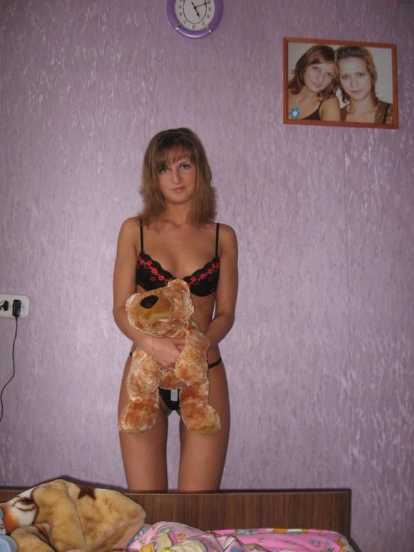 Застенчивая фифа показывает упругую грудь - секс порно фото