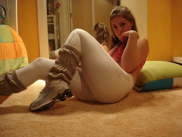 Хрупкая красавица покрутила попкой перед зеркалом - секс порно фото