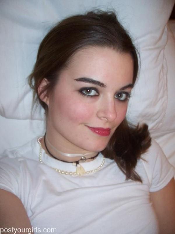 Заводная подружка отправила любимому эротические селфи в постели - секс порно фото