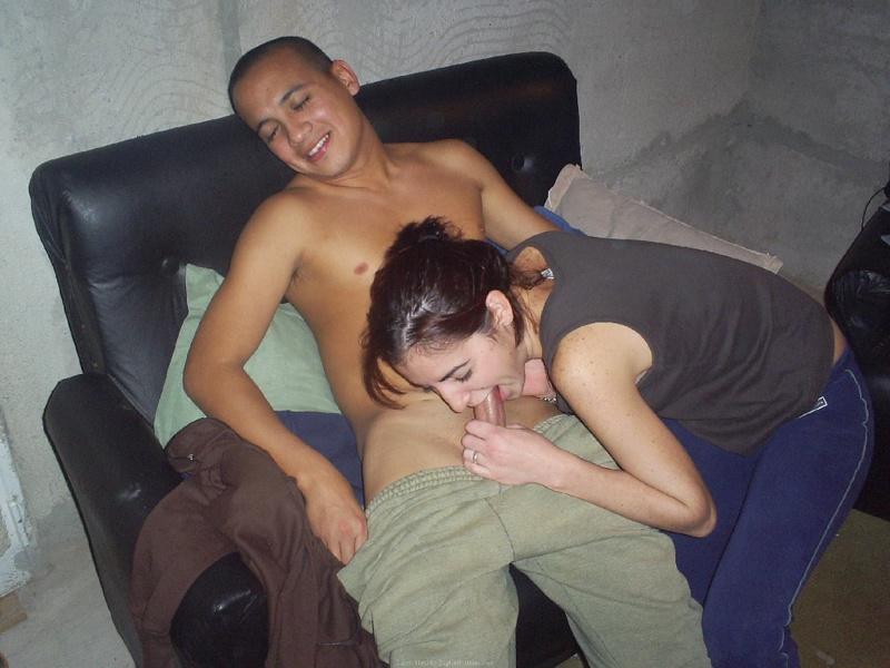 Худенькая брюнетка раздевается и трахается с парнем на камеру - секс порно фото