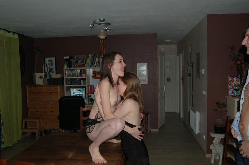 Две подруги дома практикуются в куни и е - секс порно фото