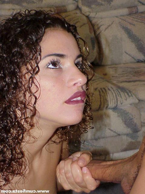 Кудрявая девушка берет в рот и трахается на камеру - секс порно фото