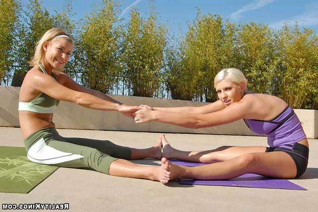 Лесбийская групповуха голых спортсменок после йоги - секс порно фото