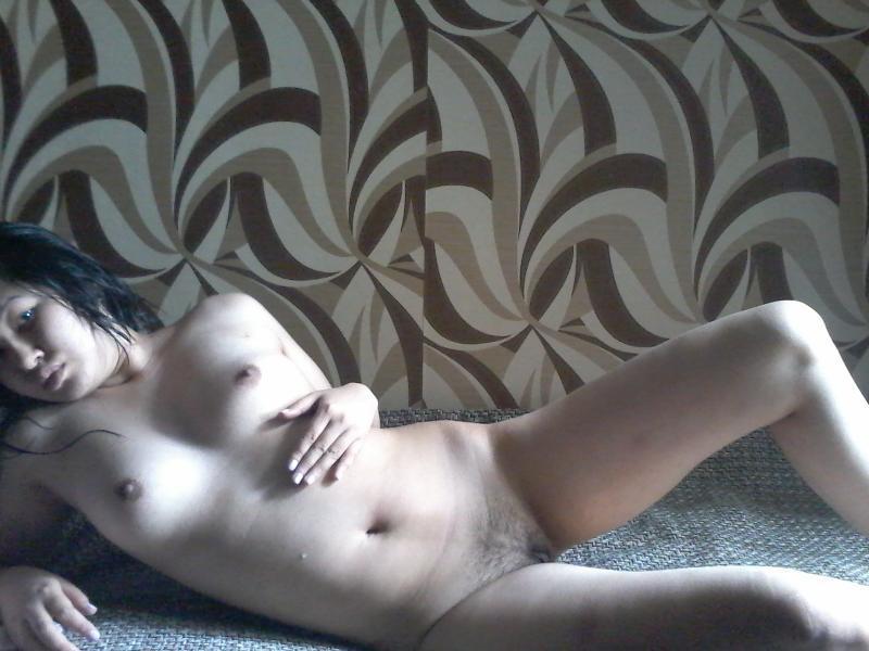 Азиатка раздевается в спальне и ласкает голые сиськи - секс порно фото
