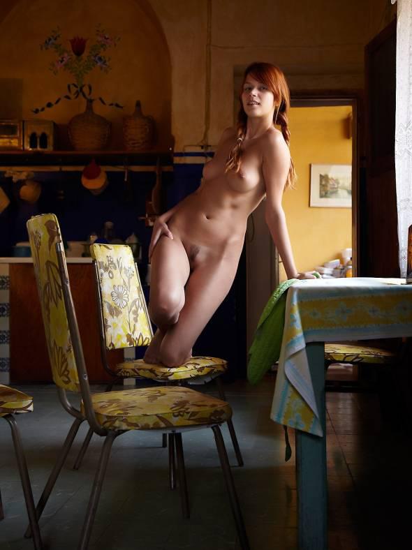 Рыженькая домохозяйка на кухне одела фартук на голое тело - секс порно фото