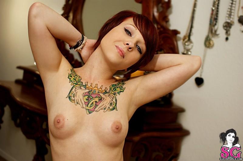Рыжеволосая бестия в очках показывает татуированное тело - секс порно фото