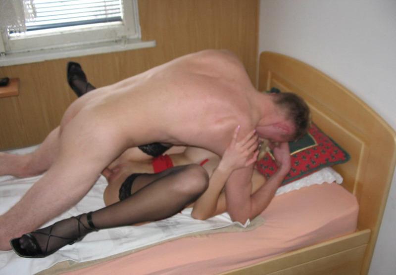 Молодые любовники снимают домашний секс на камеру - секс порно фото