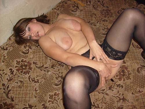 Мамзель в черныхчулочках трахает себя фаллоимитатором - секс порно фото