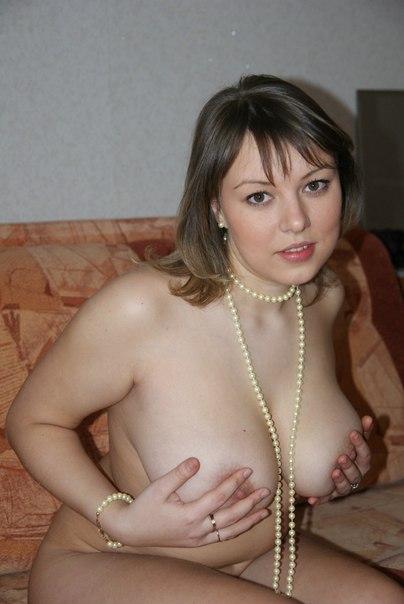 Полненькая жена с волосатой киской на диване - секс порно фото