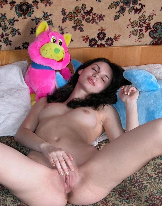 Худенькая брюнетка раздевается и ласкает свою письку - секс порно фото