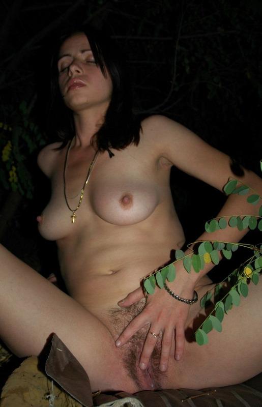 Пьяная брюнетка разделась ночью в кустах - секс порно фото