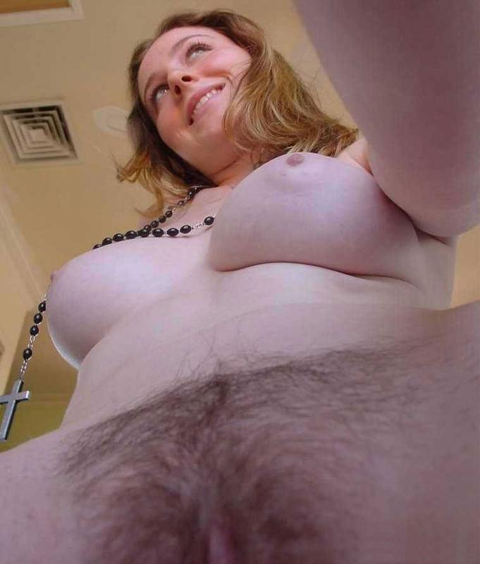 Пышечка с волосатой писькой делает селфи от первого лица - секс порно фото