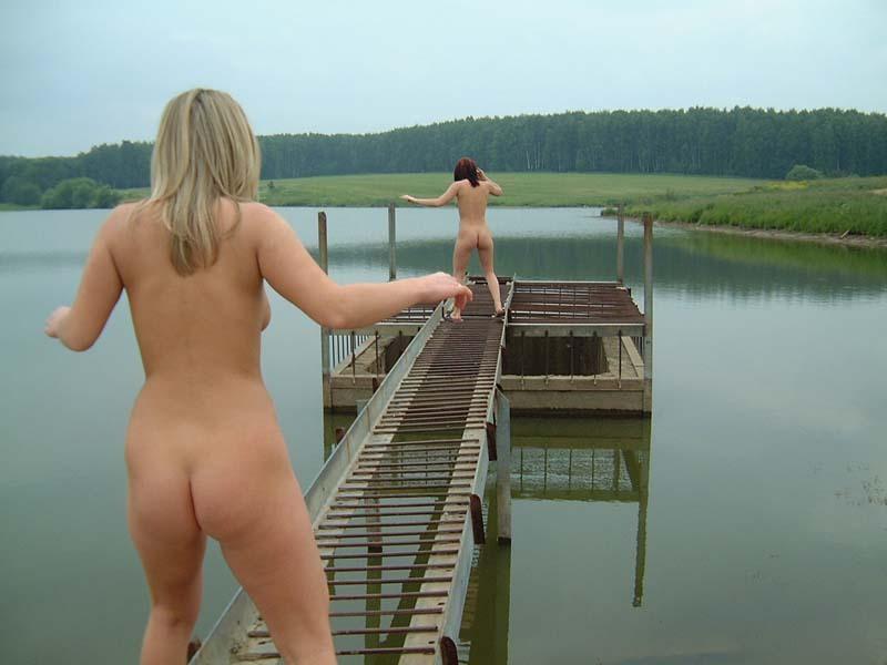 Голые  позируют на берегу реки - секс порно фото