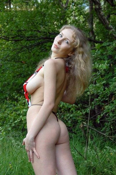 Молодые нудистки гуляют голышом  - секс порно фото