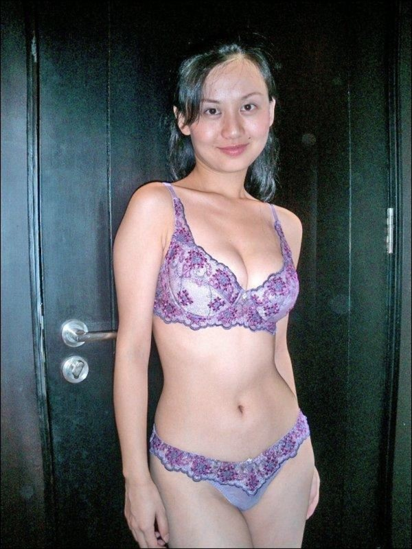Худая азиатка постепенно снимает белье и отаеться голенькой - секс порно фото