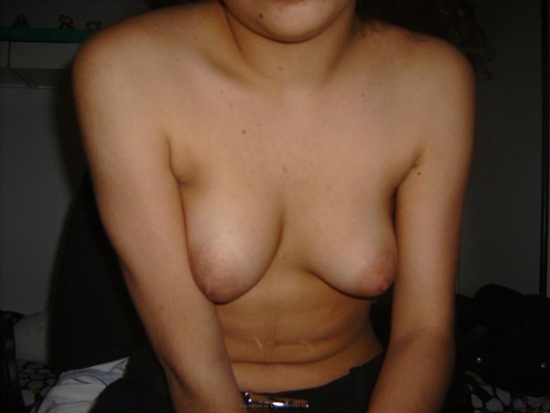 18-летняя брюнетка раздвигает волосатую киску - секс порно фото
