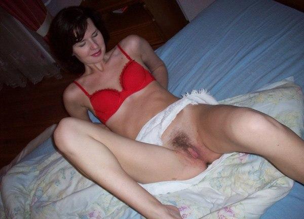 Домохозяйки позируют, обнажая свои прелести - секс порно фото
