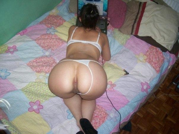 Девушка обнажила сочную попку для анального траха - секс порно фото