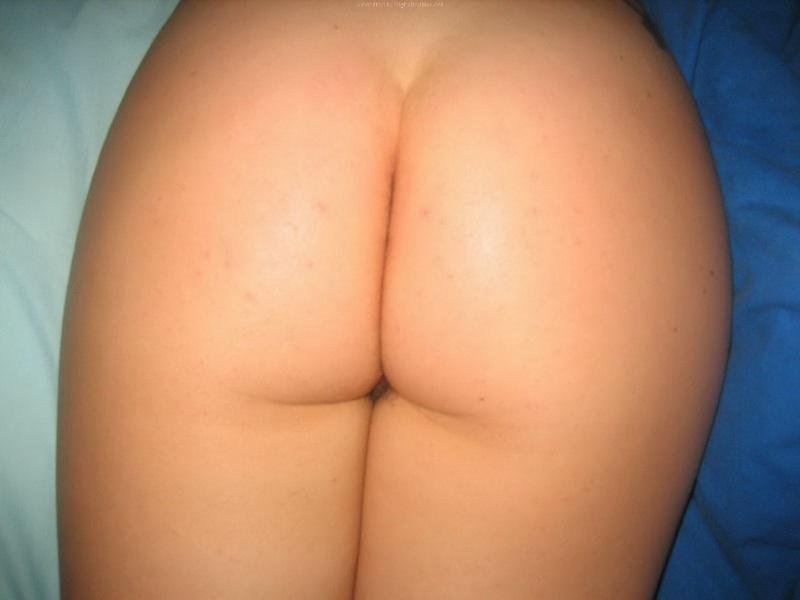 Подруга разогревает свою волосатую киску - секс порно фото