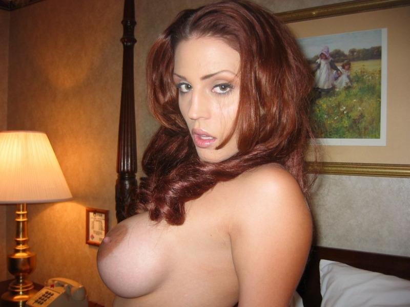Милфа с силиконовыми сиськами раздевается перед ванной - секс порно фото