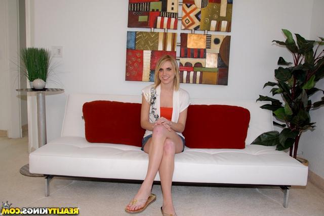 Блондинку трахают большим членом  - секс порно фото
