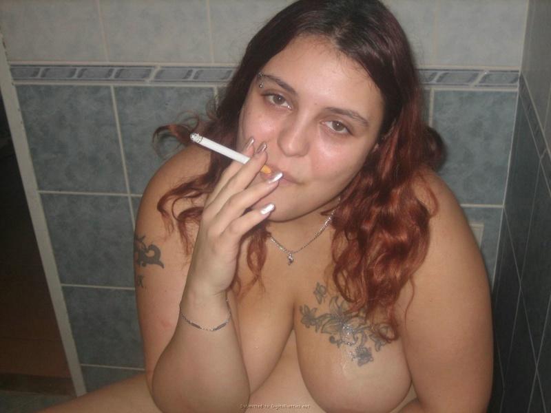 Рыжая толстуха разделась и облизала конец - секс порно фото