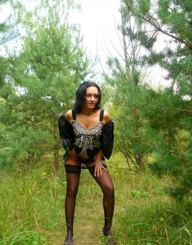 Опытная сучка позирует обнаженной  - секс порно фото