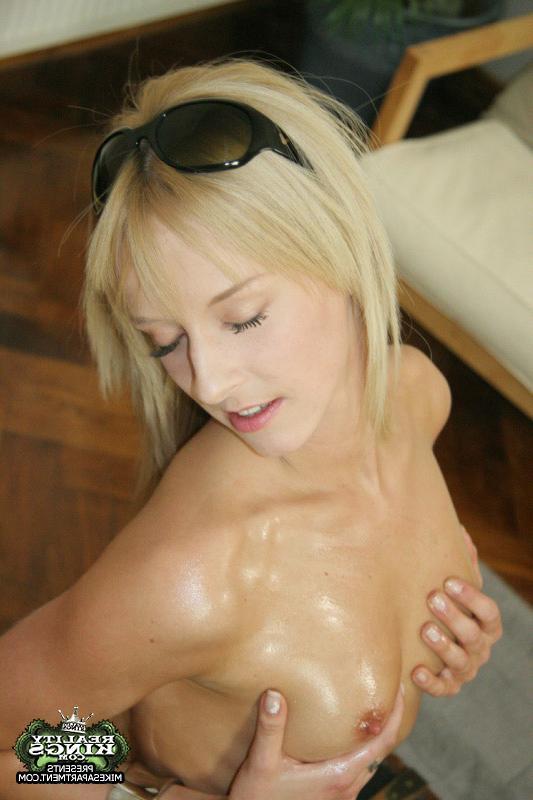 Засунула секс игрушку во влажную вульву - секс порно фото