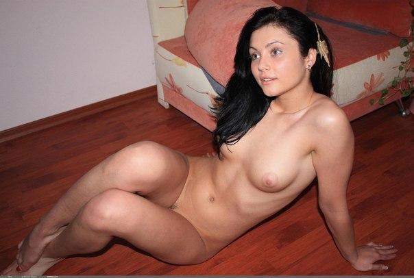 Шальная девушка абсолютно голенькая выгибает спинку - секс порно фото