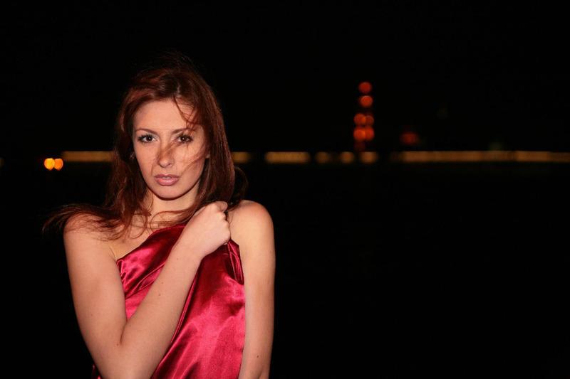 Рыжеволосая модель гуляет нагишом по ночному городу - секс порно фото