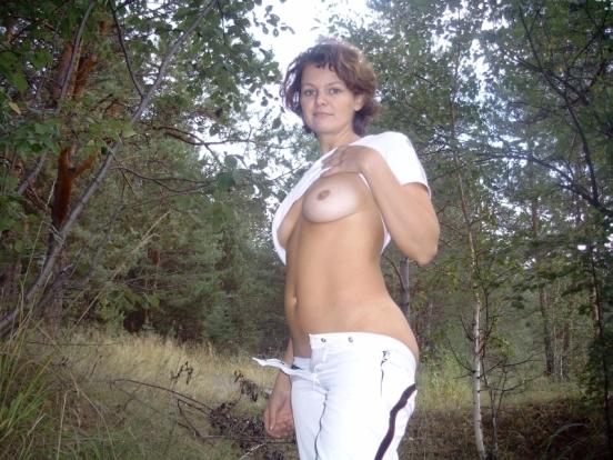 Оголенная мамаша отдыхает на травке - секс порно фото